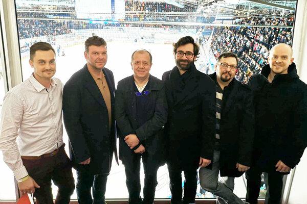 Na stretnutí hokejového štvrťfinále sa v Nitre stretli aj primátori Nitry a Trenčína - M. Hattas a R. Rybníček.
