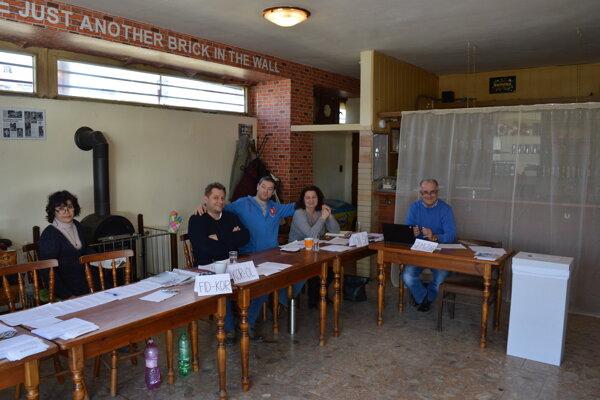 Volebná miestnosť zriadená v miestnom podniku na Šidlovci.