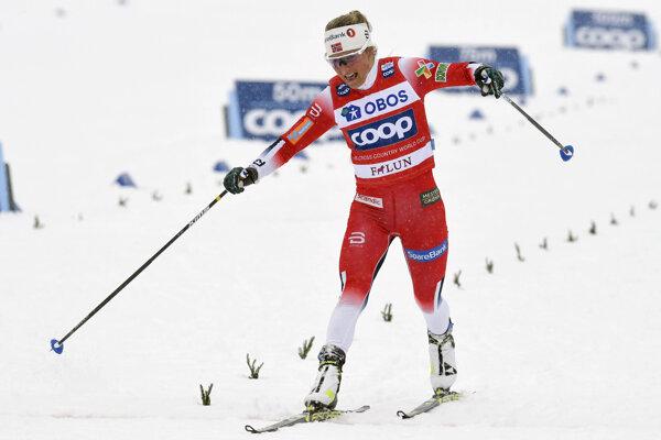Therese Johaugová v cieli pretekov vo švédskom Falune.