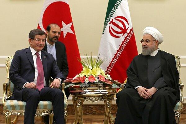 Turecký premiér Ahmet Davutoglu s iránskym prezidentom Hassanom Rúhaním.