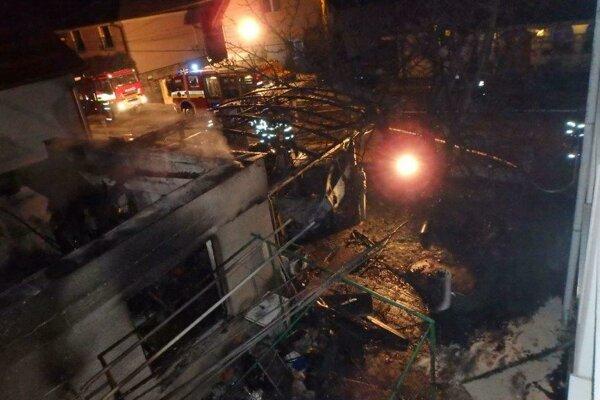 Požiar garáže pri rodinnom dome v Prievidzi.