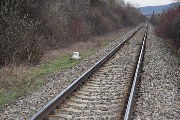 Mŕtvolu muža pri trati v týchto miestach si všimol rušňovodič.
