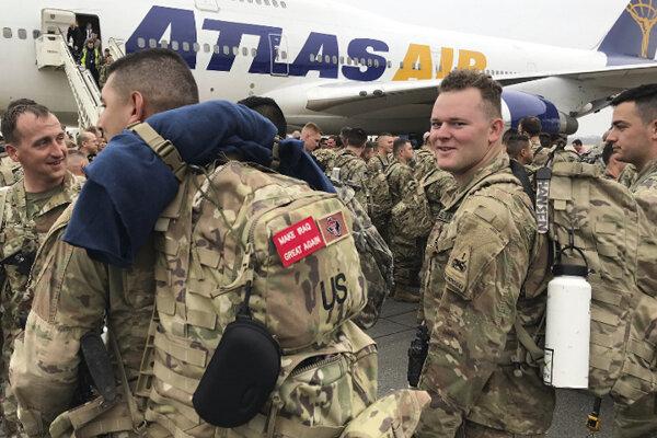 Vojaci pristáli na berlínskom letisku Tegel vo štvrtok.