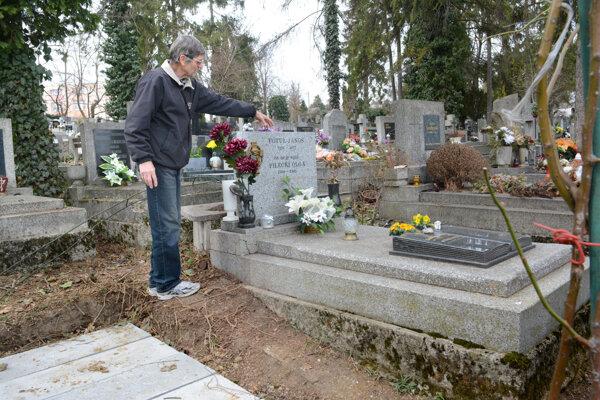 Juraj Fotul stojí na mieste, kde bola predtým tuja.