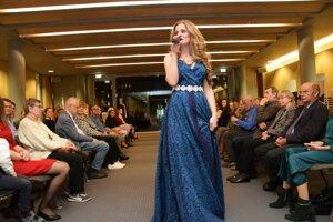 Veronika Rabada spievala na prehliadke v Berlíne v šatách, ktoré vytvorila Mišena Juhász.