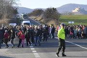 Protestné zhromaždenie na štátnej ceste 1/16 pod Soroškou.
