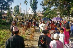 Svadobný sprievod presúvajúci sa do svätyne.