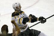 Zdeno Chára oslavuje svoj jubilejný 200. gól v NHL.