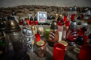 Na mieste pred krčmou, kde zomrel Štefan (+28) sú desiatky sviečok.