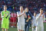 Slovenskí futbalisti ďakujú fanúšikom po zápase vo Walese.