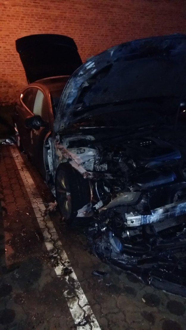 Predná časť auta zhorela.