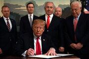 Americký prezident Donald Trump podpísuje vyhlásenie, ktorým uznáva suverenitu Izraela nad Golanskými výšinami.