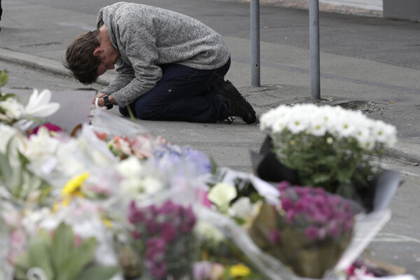 Obyvateľ mesta Christchurch pri pietnej spomienke.