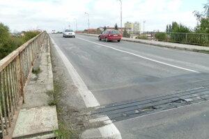 Poškodený mostný uzáver na levickom nadjazde.