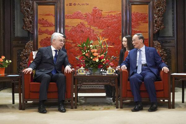 Kazašský minister zahraničných vecí Bejbut Atamkulov stretol so svojím čínskym rezortným kolegom Wang Iom.
