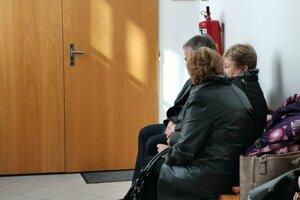 Na rozhodnutie pred pojednávacou miestnosťou čakali aj príbuzní Alexandry.