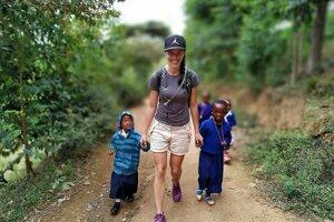 Oravčanka vo Vietname s miestnymi deťmi.
