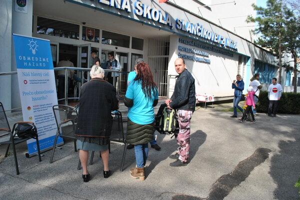 Vľavo petícia Obmedzme hazard, vpravo sú aktivisti z iniciatívy Zastavme hazard.