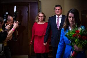 Maroš Šefčovič s manželkou Helenou prichádzajú pred novinárov.