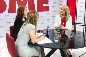 Zuzana Čaputová diskutuje v štúdiu denníka SME.