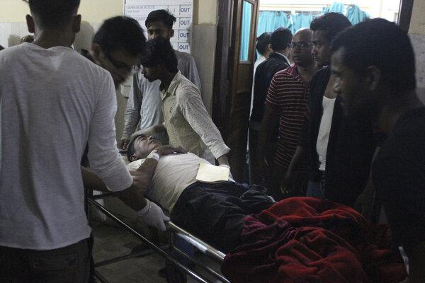 Nepálski lekári ošetrujú zraneného.