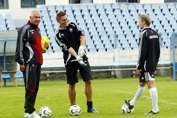 Ľuboš Hajdúch (v strede) spolu svtedajším trénerom slovenskej futbalovej reprezentácie Dušanom Galisom (vľavo). Vnedeľu nastúpil vbráne Zemného.