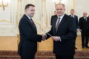 Prezident Andrej Kiska menuje Petra Kažimíra (vľavo) za guvernéra NBS.