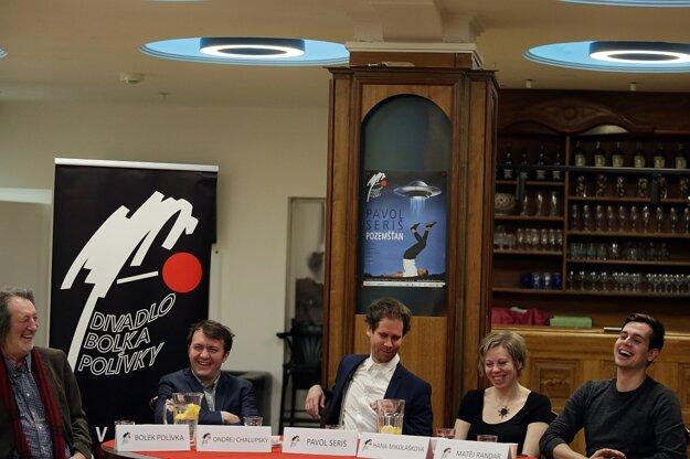 Tlačovka v Brne, zľava Bolek Polívka, riaditeľ divadla Ondřej Chalupský, Pavol Seriš, Hana Mikolášková a Matěj Randár.