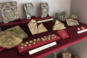 Najpočetnejšie nálezy sú črepy keramických nádob, kachlice či mince.