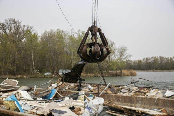 Plávajúci pontón Knajpa sa na Dunaji odtrhol v utorok 25. decembra 2018 neďaleko nákupného centra na ľavom brehu a Mosta Apollo.