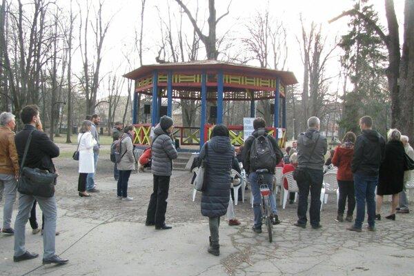 Z panelovej diskusie v parku.