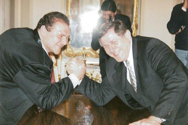 Jozef Durec bol ocenený medzi najúspešnejším športovcami republiky. Pri tejto príležitosti vznikla aj táto snímka s vtedajším premiérom Vladimírom Mečiarom.