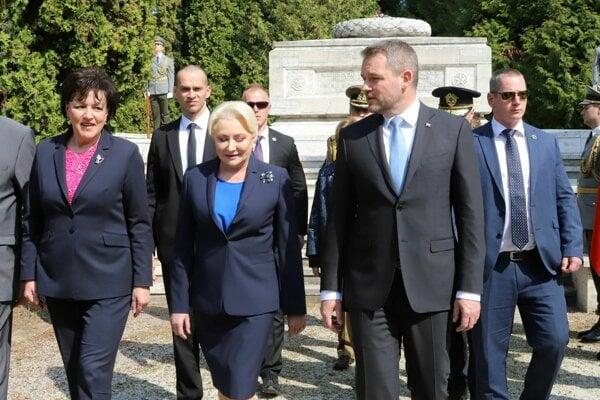 Zľava primátorka Zvolena Lenka Balkovičová, predseda vlády Peter Pellegrini a predsedníčka vlády Rumunska Viorica Dancilová.