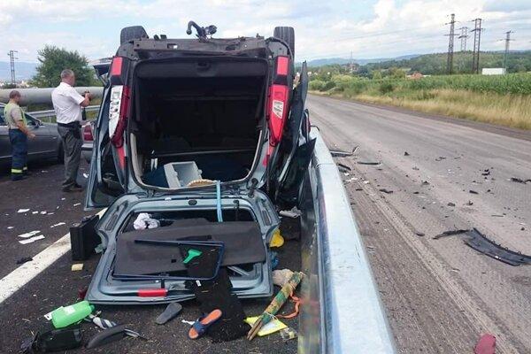 Vážne vyzerajúca nehoda sa stala tento týždeň medzi Prievidzou a Novákmi.
