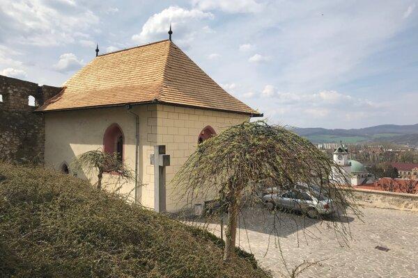 Karner sv. Michala v Trenčíne s novou strechou.