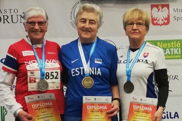 Oľga Hradecká na stupňoch pre víťazov (vpravo)