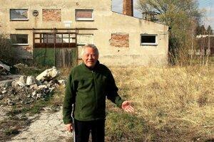 Radomír Beránek roky pozoruje hniezdo na starom komíne bývalej pálenice.