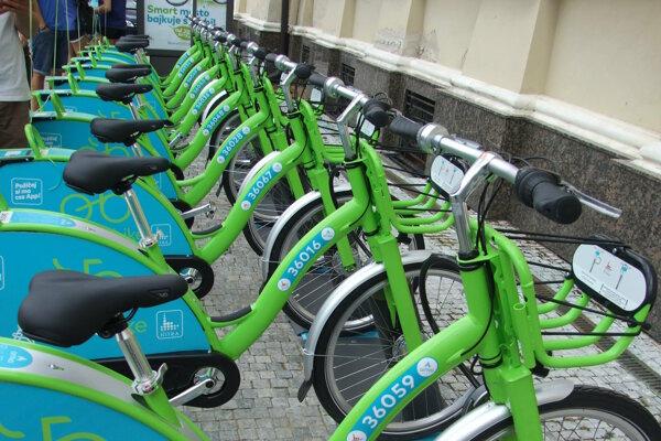 Zdieľané bicykle na Svätoplukovom námestí počas otvorenia služby v lete 2017.