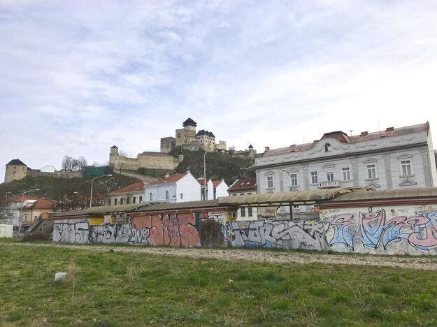 Stenu, ktorú obnovia umelci je viditeľná najmä zo železnice.