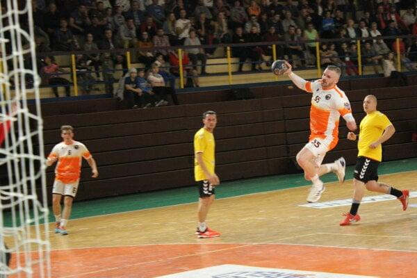 V. Guzy (s loptou) nastrieľal Pezinku deväť gólov.