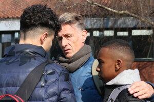Deti sa za Cliffordom často zastavujú, aby sa s ním poradili, posťažovali sa mu či pochválili.