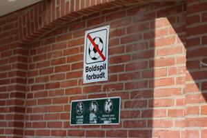 Futbal nemôžu hrať hocikde, na dvore uprostred bytoviek sú loptové hry zakázané.