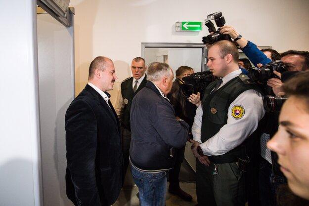Kotleba prišiel na súd v sprievode právnikov strany.