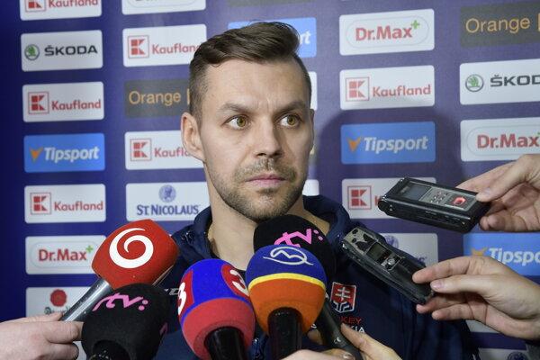 Rastislav Špirko odpoveda novinárom počas reprezentačného zrazu v Piešťanoch.