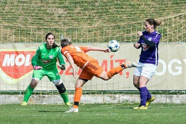Útočnú akciu FC Union zakončuje hlavou Katarína Dugovičová