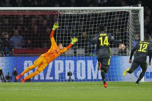 Hosťujúci brankár Wojciech Szczesny inkasuje gól.