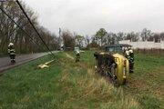 Auto narazilo do stĺpa z nezistených príčin pri Ivanke pri Dunaji.