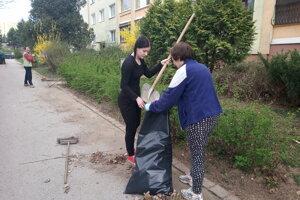Susedia si počas víkendu svojpomocne upratovali okolie.
