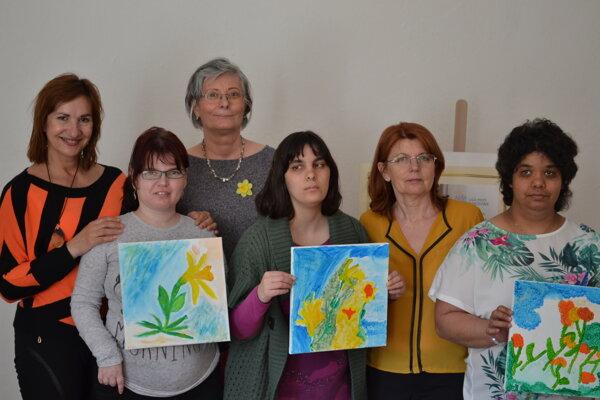 Anna Šimkuličová (tretia zľava) a Mária Lelková (druhá sprava) z Podvihorlatskej palety s účastníčkami tvorivej dielne.