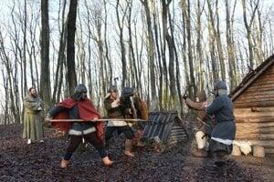 Veľkomoravskí bojovníci v podaní členov historickej skupiny Herian. Svätoplukova vojenská expanzia  v záverečnej tretine 9. storočia viedla k zisku množstva cenných zajatcov.